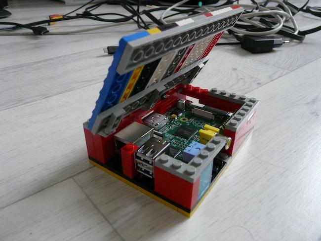 Construisez votre boîtier pour le Raspberry Pi en LEGO - Vue finale du boîtier LEGO du Raspberry Pi