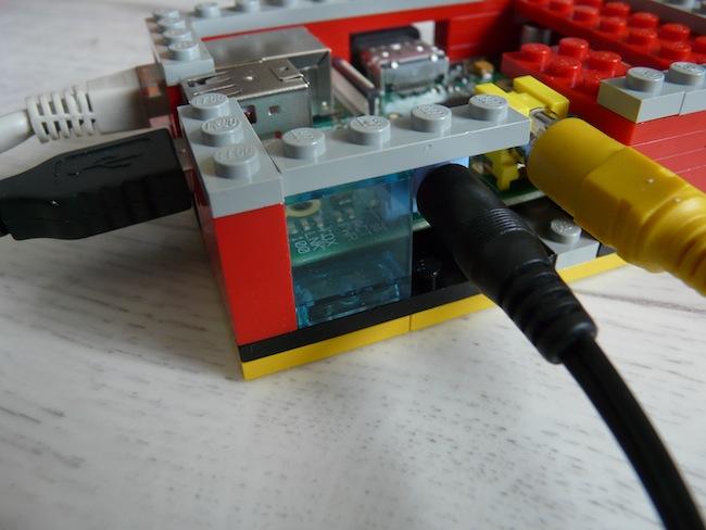 Construisez votre boîtier pour le Raspberry Pi en LEGO - Fenêtre accueillant les LED