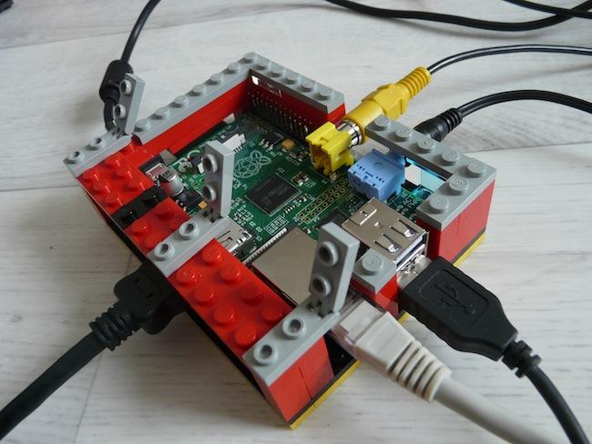 Construisez votre boîtier pour le Raspberry Pi en LEGO - Mise en place des leviers pour le capot ouvrant