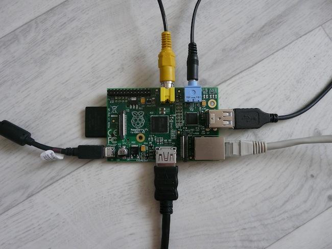 Construisez votre boîtier pour le Raspberry Pi en LEGO - Branchement des câbles sur le Raspberry Pi