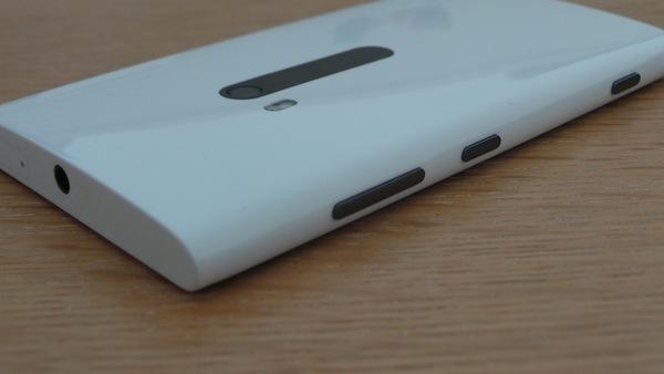 Nokia Lumia 920 : Un téléphone élégant, puissant et pensé pour la photo - Coque bombée permettant une meilleure prise en main