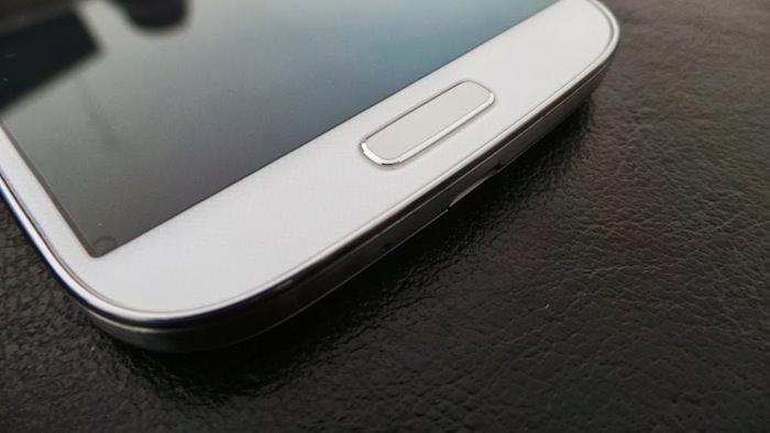 L'écran du Galaxy S4 approche les 5 pouces, mais celui-ci ne dépasse pas la limite entre le smartphone et phablet
