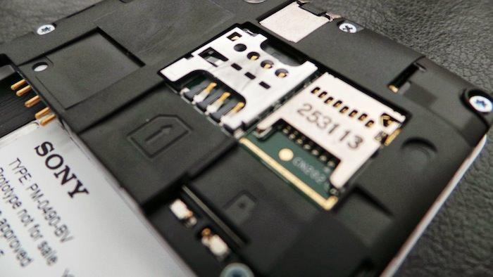 Avec la coque arrière amovible on a accès à la carte micro-SD, micro-SIM et bien sûr à la batterie