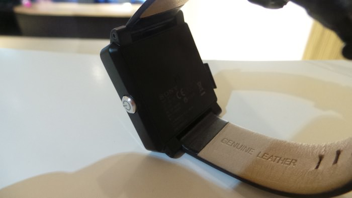 Elle dispose d'un port micro-USB standard