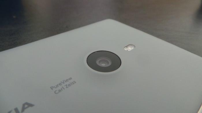 La caméra PureView à l'arrière du dispositif est de de 8.7 mégapixels