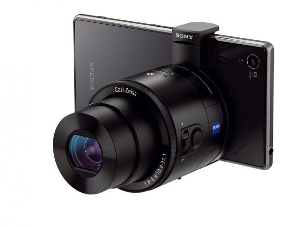 Le QX-100 clipsé sur un dispositif mobile