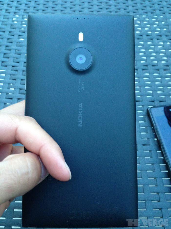 Vue de dos du Lumia 1520 : appareil photo et cinq petits trous laissant supposer le NFC ?