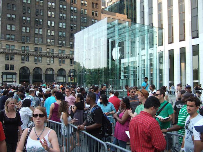 Et si Apple voulait tout faire pour que faire la queue dans ses Apple Stores ?