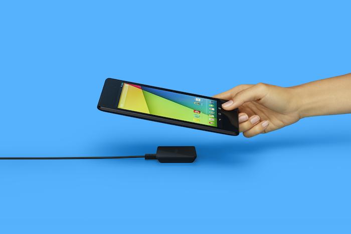 Il suffit de poser la Nexus 7, le Nexus 5 ou encore le Nexus 4 sur le boîtier