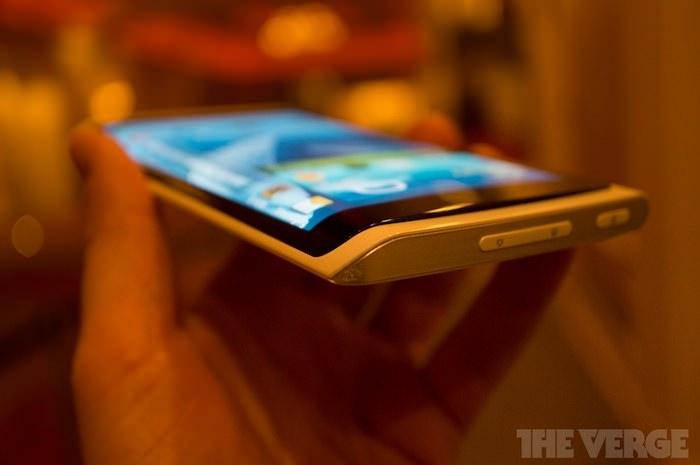 Trois écrans ? Samsung envisagerait un smartphone Galaxy avec écran 'enveloppant'