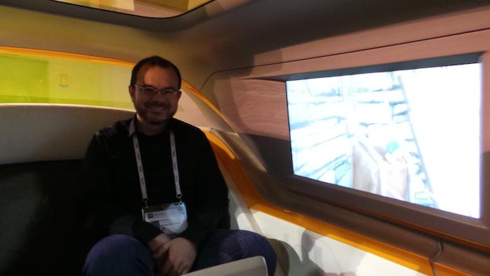 Arthur bien installé dans la voiture de 2025