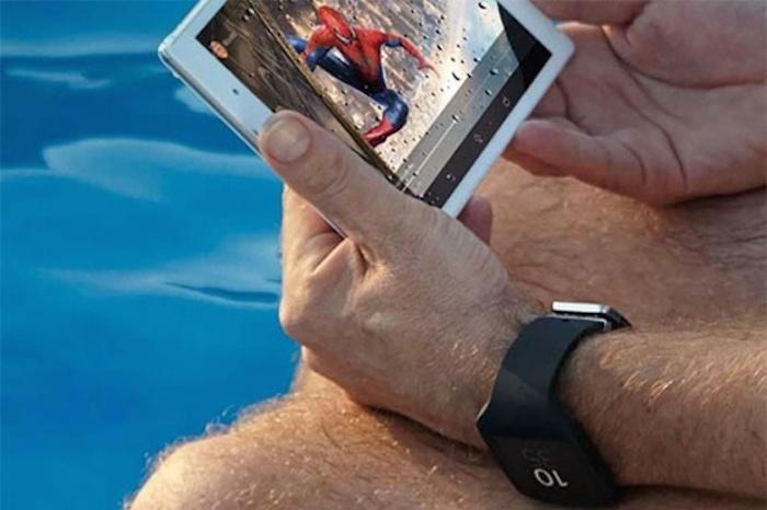 Une image montre une mini-tablette Sony, et la nouvelle Smartwatch 3