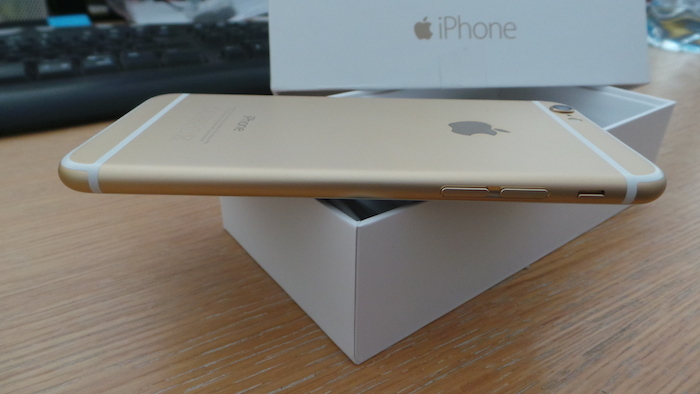 iPhone 6 : bande plastique blanche
