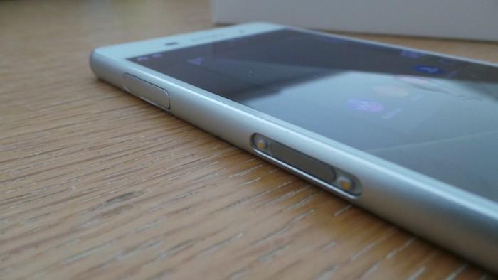 Sony Xperia Z3 : tranche gauche