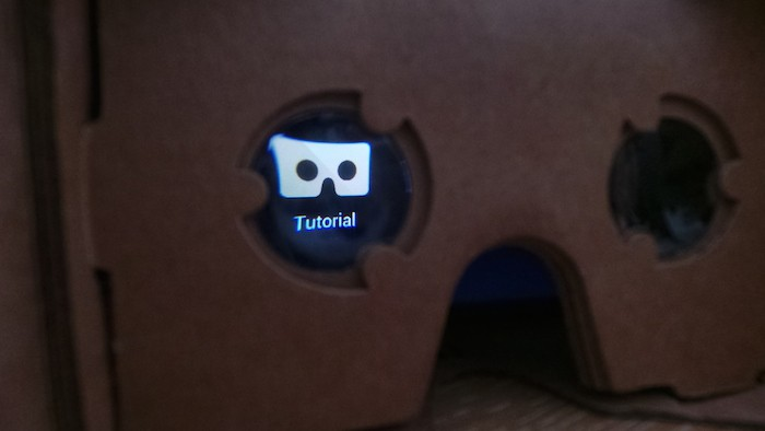 Vue de l'application Cardboard à travers la lentille