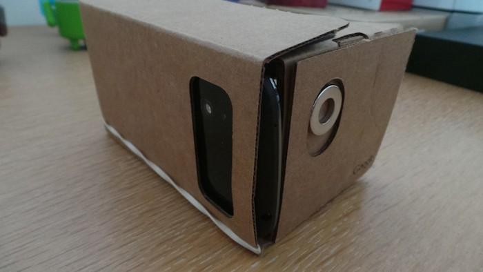 Google Cardboard : une fois fermé le smartphone tient bien en place