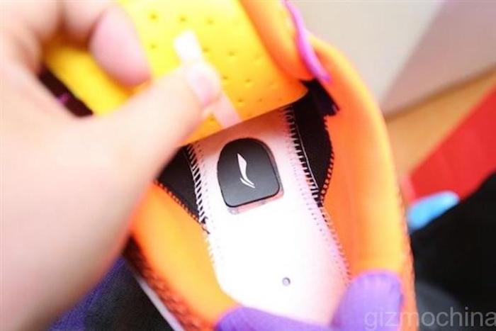 La puce s'insère sous le talon de la chaussure