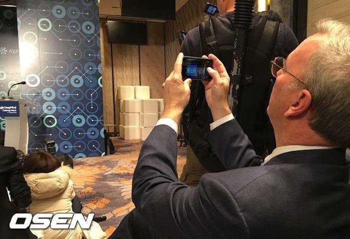 Eric Schmidt est peut-être un dirigeant de Google, mais il utilise encore un iPhone