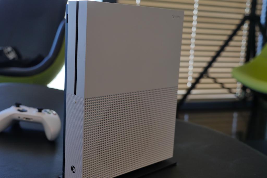 La Xbox One S se tient debout