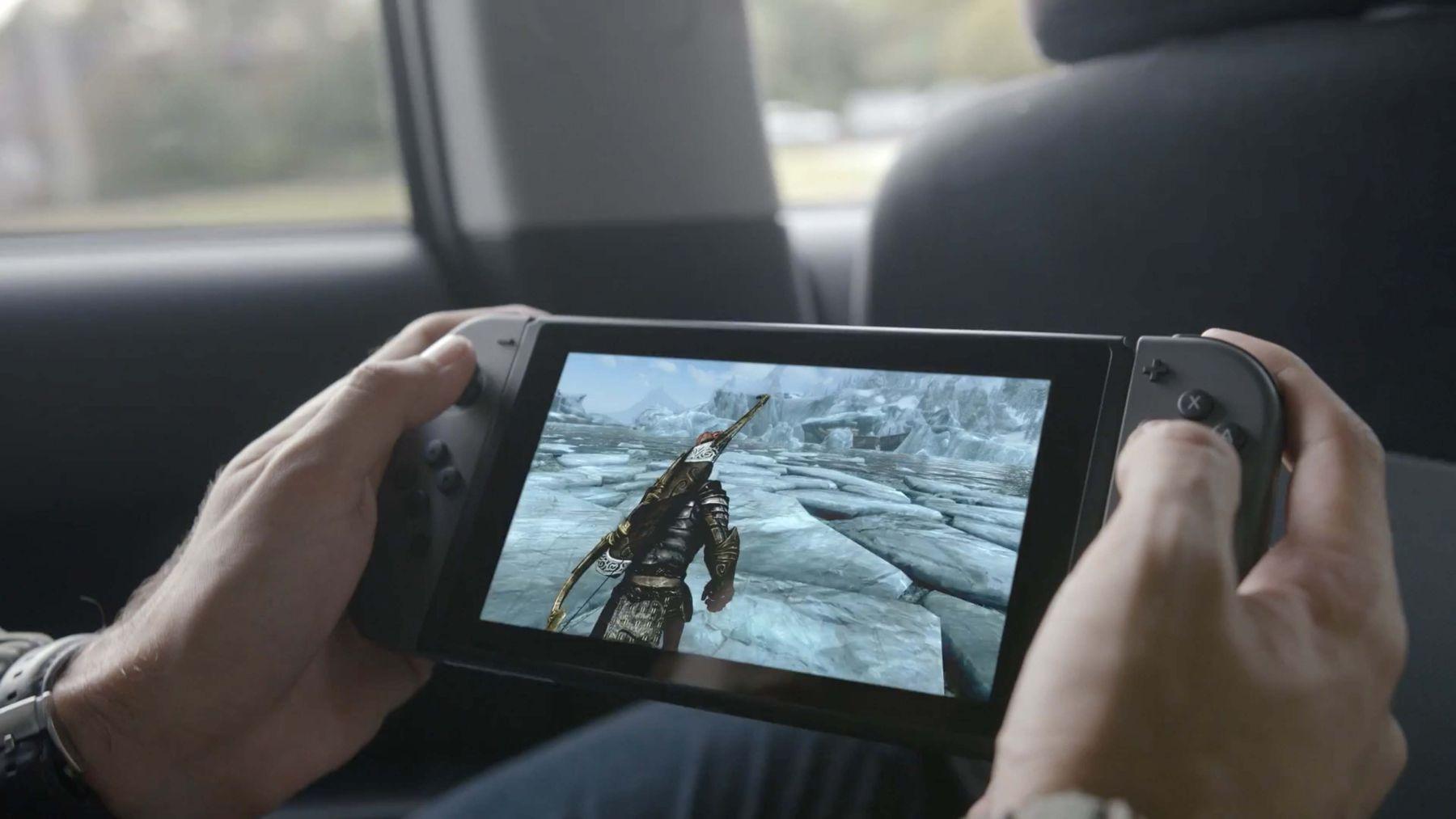 La console Nintendo Switch (au milieu), rattachée à deux contrôleurs Joy-Con (sur les côtés)