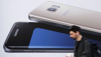 un-homme-utilise-un-smartphone-alors-qu-il-passe-devant-une-publicite-pour-le-samsung-galaxy-s7-a-londres-le-11-octobre-2016_5724161