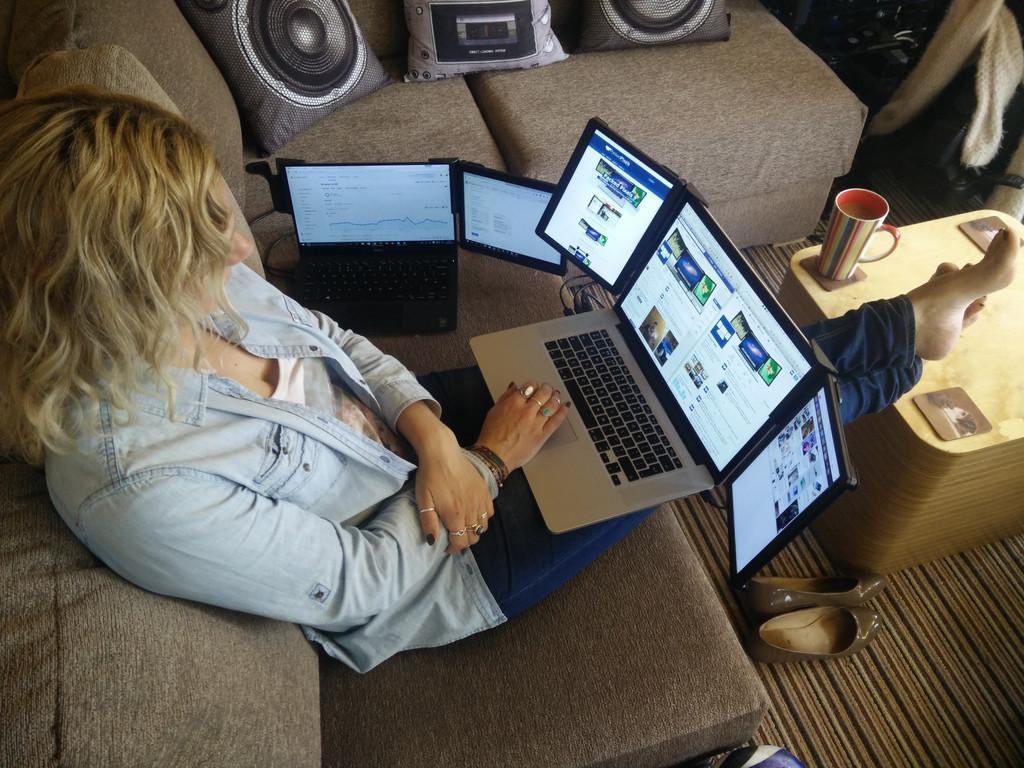 Installez-vous dans votre canapé, et profitez des 3 écrans pour un MacBook