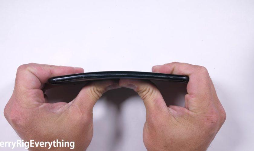 HTC-U11-JerryRigEverything-bend-test-fail