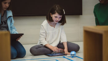 swift_playgrounds_children_playing_robots