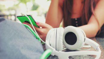 headphones-923186_1920