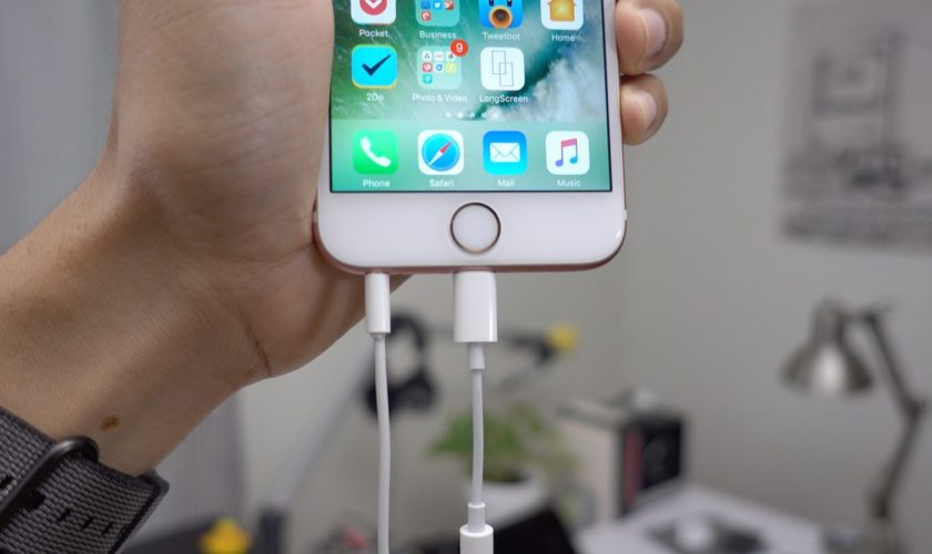 lightning-earpods-two-plugged-in-at-once
