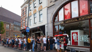 People-are-lining-up-for-OnePlus-6-in-Utrecht-Netherlands-1